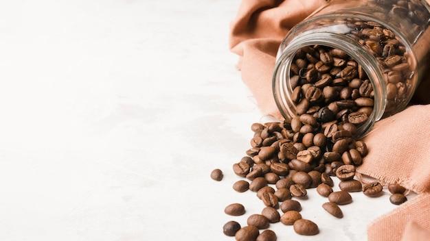 Frasco de vista superior com grãos de café torrados