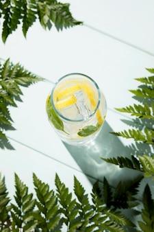 Frasco de vista superior com limonada fresca