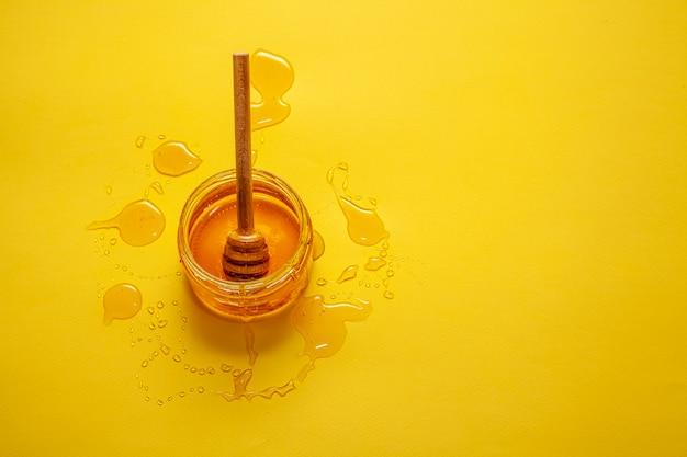 Frasco de vista superior com mel orgânico