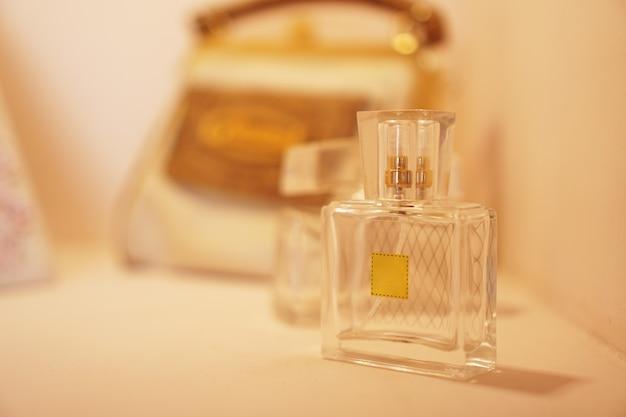 Frasco perfume de água de banheiro de presente em um fundo de luzes desfocadas. vista lateral.