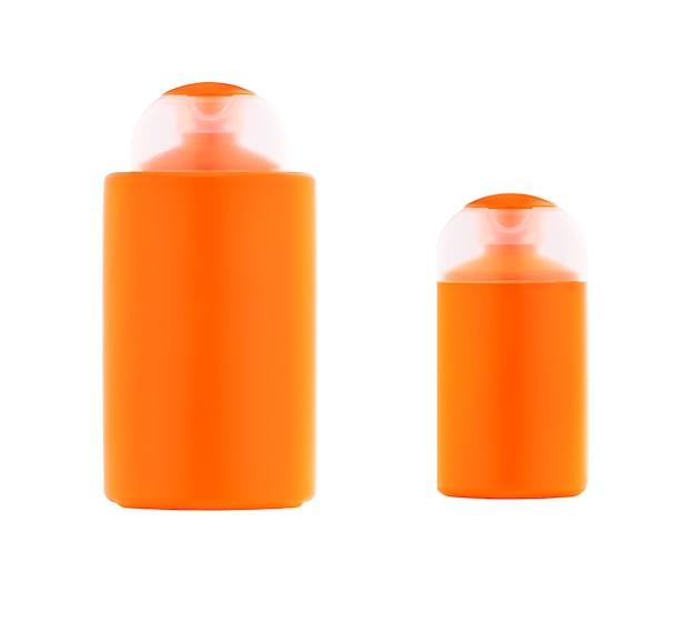 Frasco plástico laranja de protetor solar ou loção com proteção uv isolada no fundo branco.