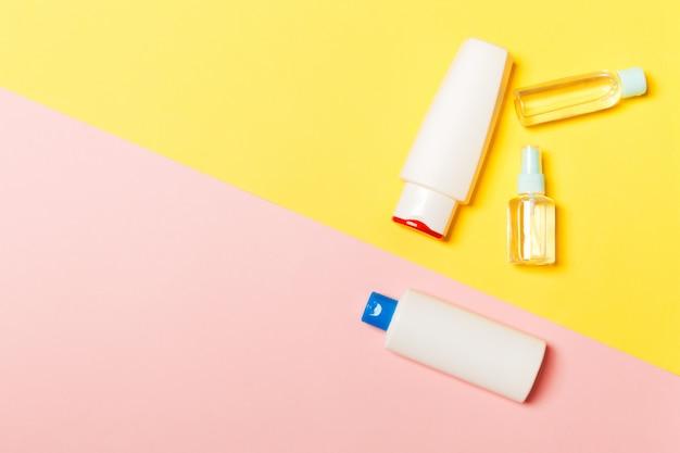 Frasco plástico para cuidados com o corpo flat lay composition