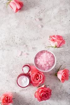 Frasco skincare loção soro médica rosa flores. cosmético natural orgânico