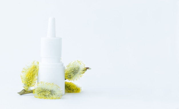 Frasco spray branco de remédio com pólen de salgueiro