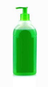 Frasco verde com shampoo com dispensador em fundo branco