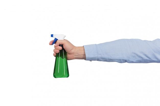 Frasco verde do pulverizador na mão dos homens isolada no fundo branco.