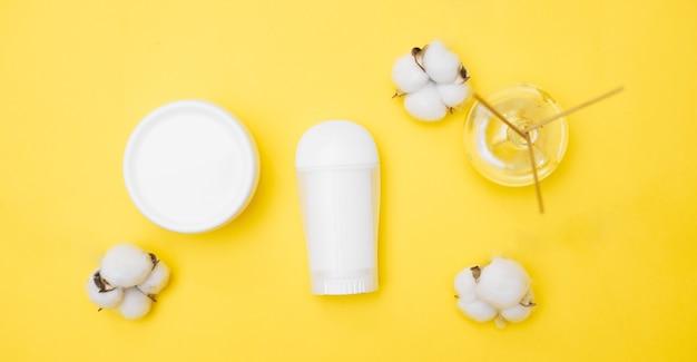 Frascos brancos do produto de higiene pessoal em um fundo amarelo, espaço da cópia, vista superior. foto de alta qualidade