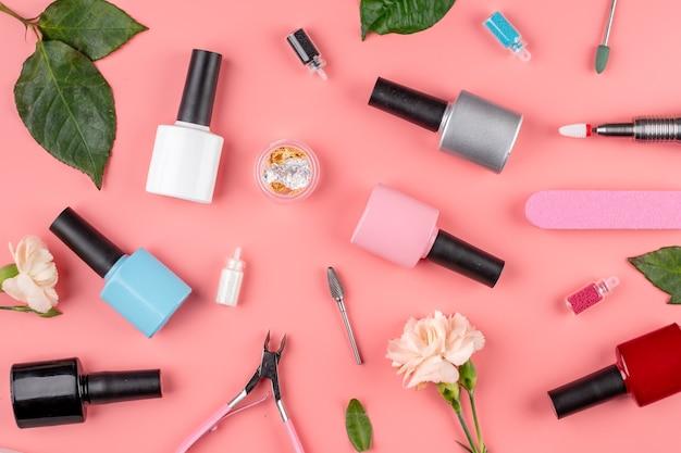 Frascos coloridos de esmaltes, ferramentas e acessórios para procedimentos de manicure e pedicure