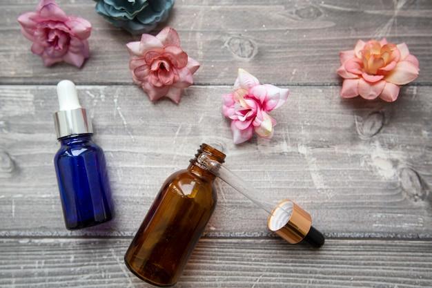 Frascos com conta-gotas de soro hialurônico para procedimentos de beleza
