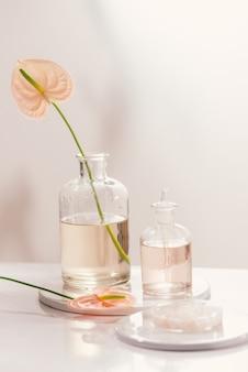 Frascos com diferentes óleos de perfume na mesa