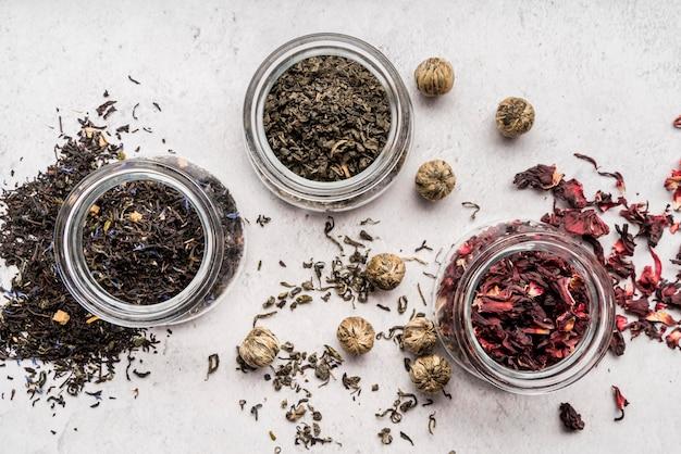 Frascos com ervas para chá