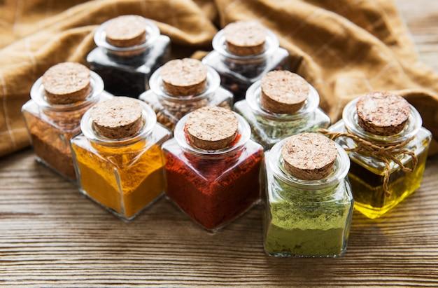 Frascos com ervas secas, especiarias na mesa