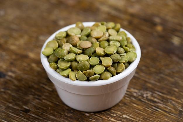 Frascos com lentilhas verdes grãos de feijão