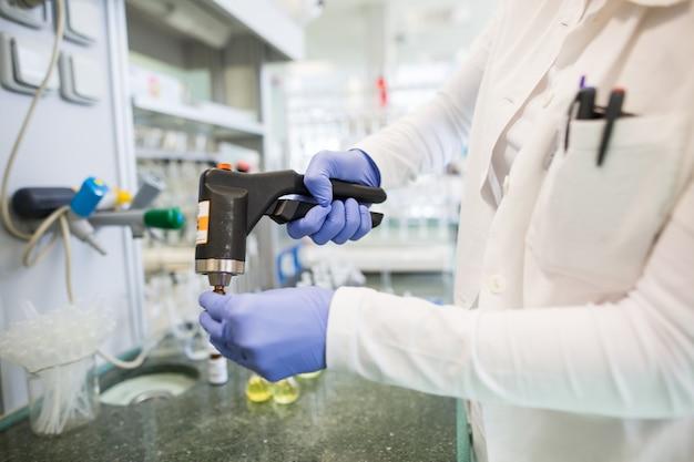 Frascos com líquidos em laboratório, fábrica da indústria farmacêutica e laboratório de produção, conceito de química