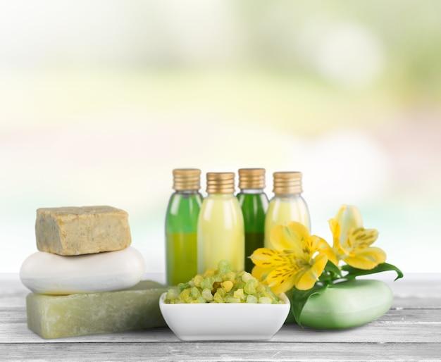 Frascos com óleos aromáticos essenciais orgânicos no fundo