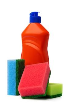 Frascos com produtos de limpeza e esponja em fundo branco e isolado