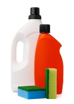 Frascos com produtos de limpeza e esponja em fundo branco isolado
