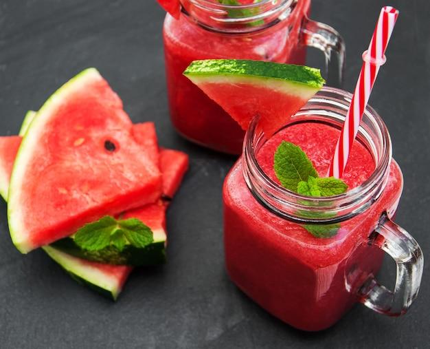 Frascos com smoothie de melancia