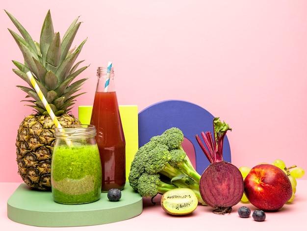 Frascos com smoothie saudável de frutas