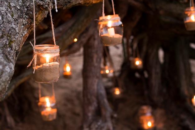 Frascos com velas e areia decorações na natureza