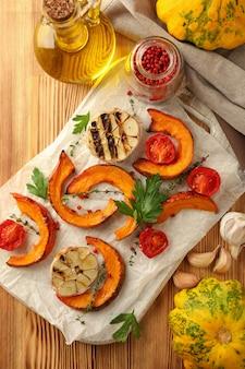 Frascos conta-gotas com óleo e diferentes frutas cítricas em fundo branco de madeira