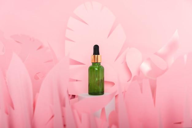 Frascos conta-gotas de vidro com pipeta em pé sobre um pódio branco. produto mineral de beleza natural hialurônico transparente e conceito de cuidados com a pele eco soro.