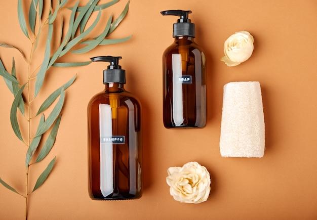 Frascos cosméticos de vidro âmbar escuro e acessórios de banho