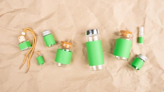 Frascos cosméticos verdes em fundo de papel.