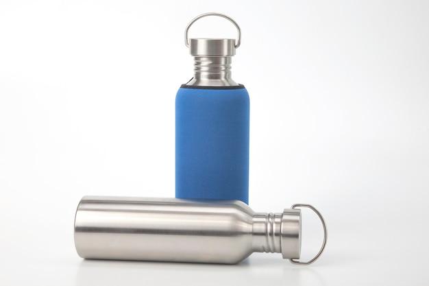 Frascos de água de aço de metal em branco. utensílios de metal para beber