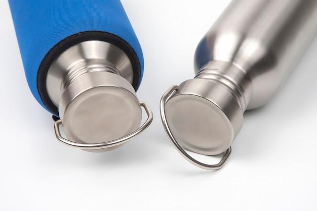Frascos de água de aço de metal em fundo branco. utensílios de metal para beber