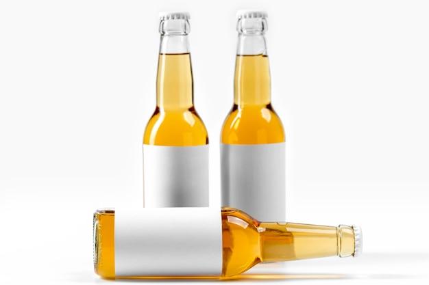 Frascos de bebidas alcoólicas de vista frontal com rótulos em branco