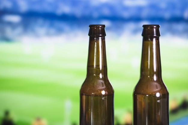 Frascos de cerveja e fósforo de futebol