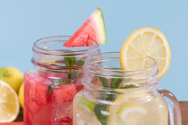 Frascos de close-up com bebidas frescas
