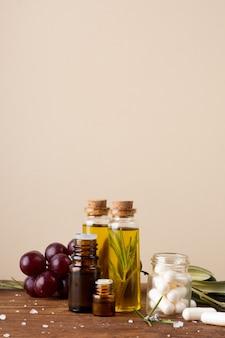 Frascos de close-up com óleo e comprimidos em cima da mesa