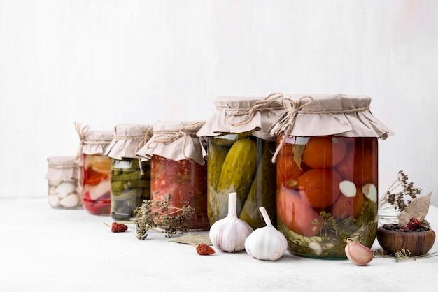 Frascos de composição com legumes colhidos