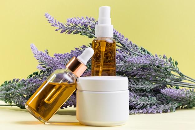 Frascos de cosméticos com plantas