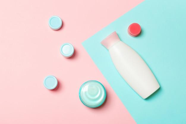 Frascos de cosméticos diferentes e recipiente para cosméticos