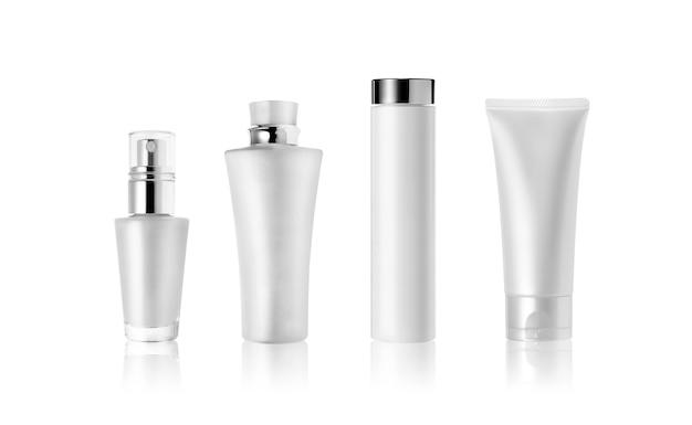 Frascos de cosméticos e tubo isolado no branco. rótulo em branco para maquete de marca.