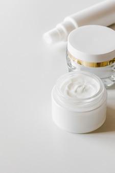 Frascos de cosméticos em branco, recipiente ou frasco de creme, soro e outros produtos cosméticos