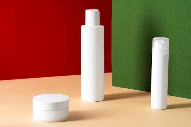 Frascos de cosméticos plásticos brancos em branco para seu projeto