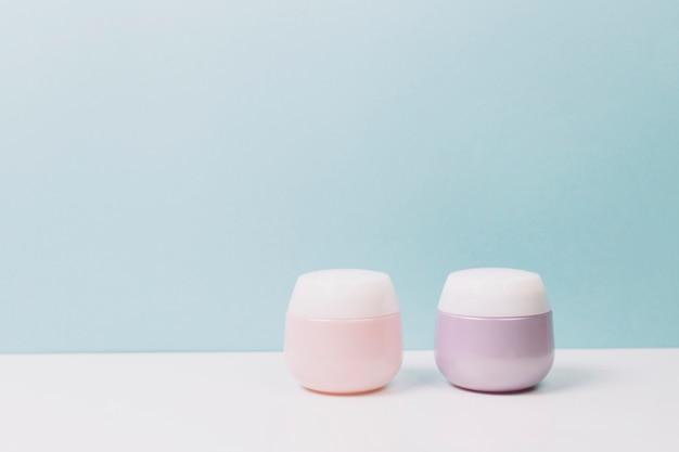 Frascos de cosméticos rosa e lilás