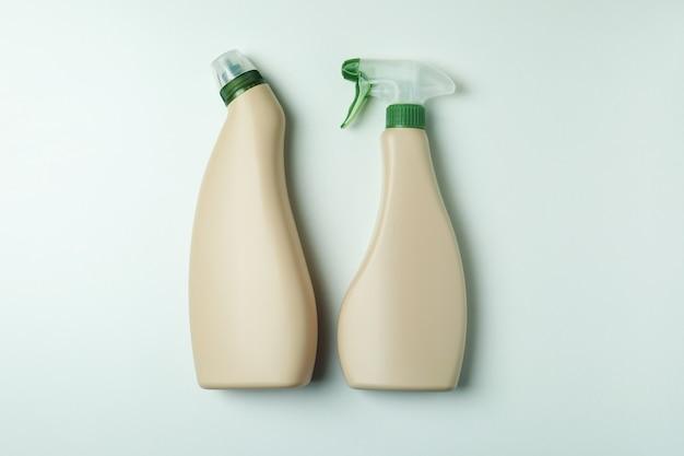 Frascos de detergente em branco sobre fundo branco isolado, espaço para texto