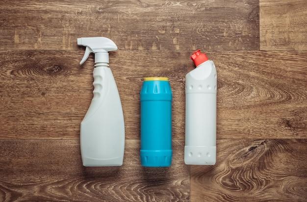 Frascos de detergente no chão. vista do topo