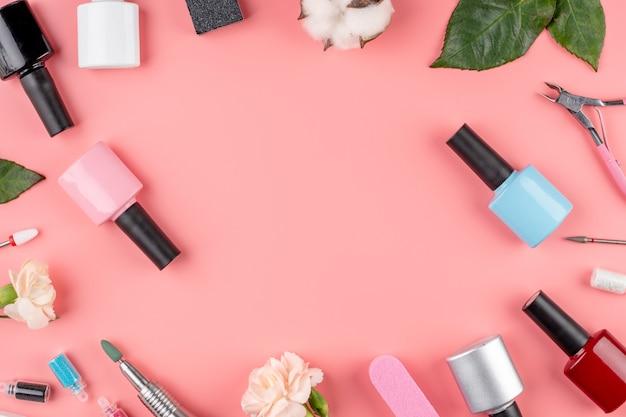Frascos de esmaltes e ferramentas e acessórios para manicure e pedicure
