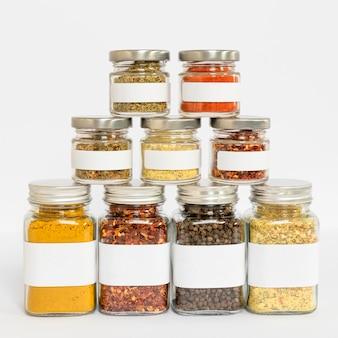 Frascos de especiarias com variedade de rótulos
