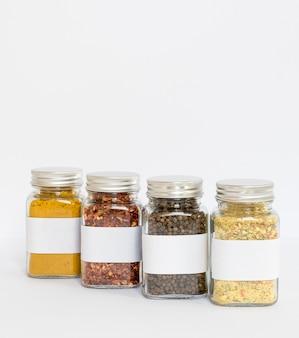 Frascos de especiarias rotulados com espaço de cópia