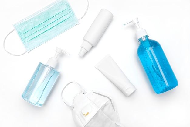 Frascos de gel desinfetante e máscara cirúrgica médica