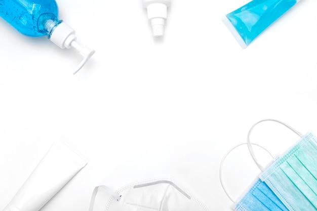 Frascos de gel desinfetante e máscaras cirúrgicas médicas