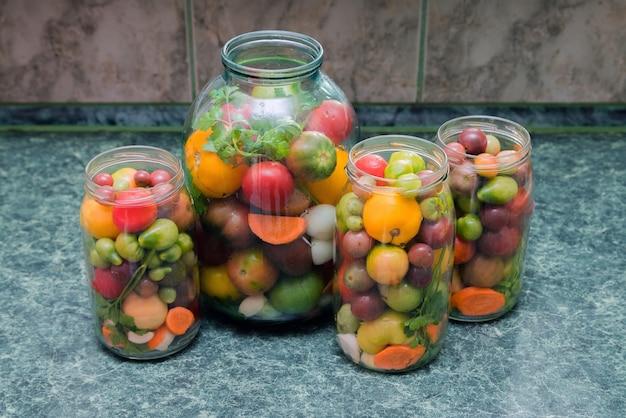 Frascos de legumes em conserva. comida tradicional marinada.