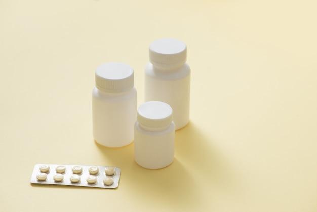Frascos de medicamentos e comprimidos em blister.